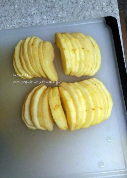 皮をむいて16等分にカットしたリンゴ