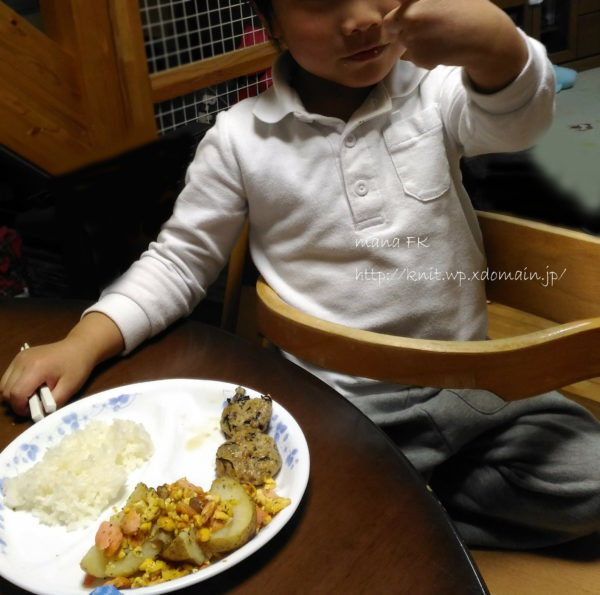 キッズチェアに座ってご飯を食べる子ども