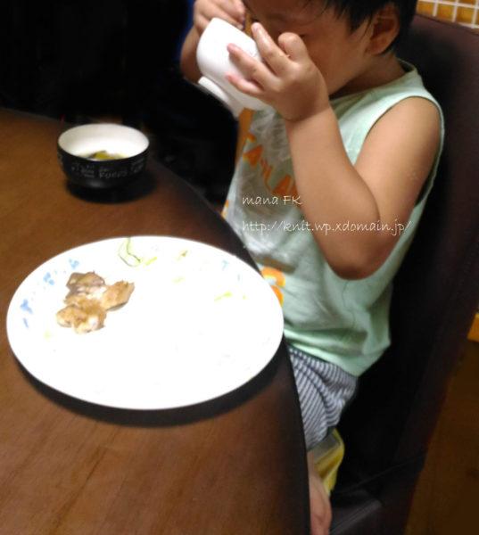 チェアクッションを使ってご飯を食べる子ども