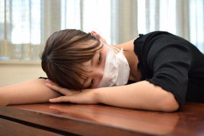 マスクをする体調不良の女性