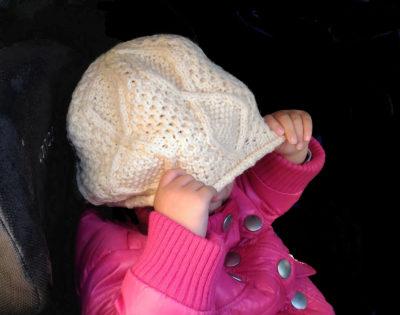 アラン模様のベレー帽をかぶる子ども