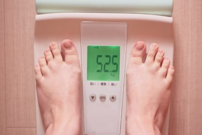 体重計に乗る