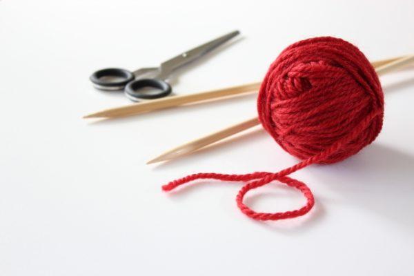 毛糸玉と編み針とハサミ