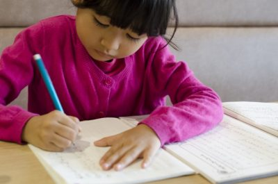 宿題をする小学生
