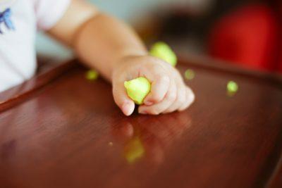 粘土遊びをする子供の手